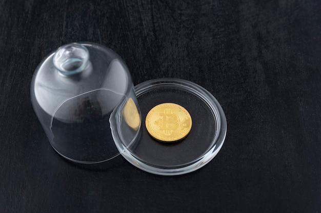 Bitcoin sob uma tampa de vidro.