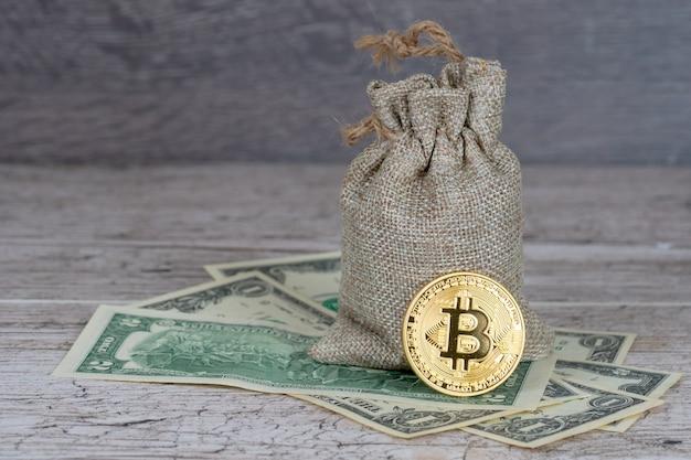 Bitcoin sobre notas de dólar perto de saco de juta completo
