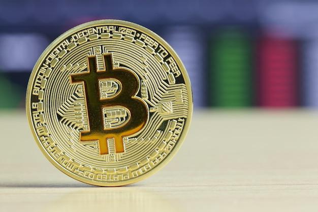 Bitcoins colocados em um assoalho de madeira da tabela no mercado de bolsa de valores crypto.