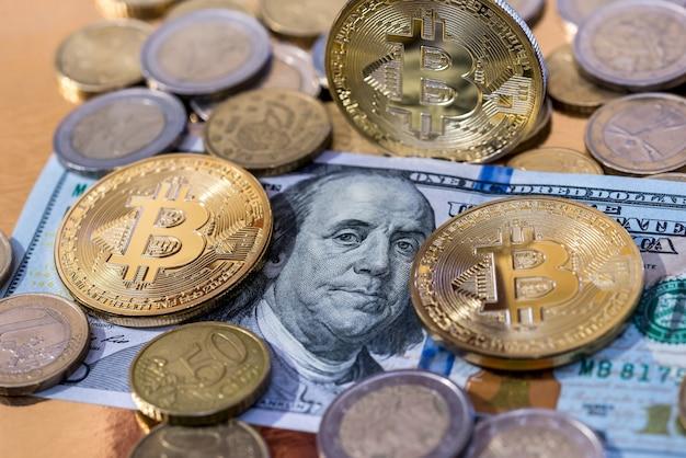 Bitcoins com notas de dólar e moedas