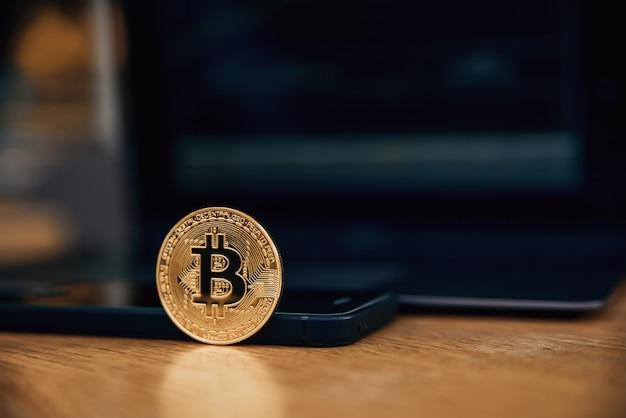 Bitcoins de ouro com smartphone