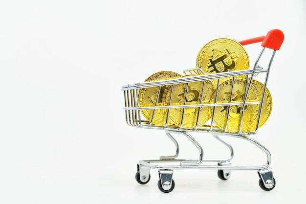 Bitcoins de ouro em um carrinho de compras com fundo branco comprando bitcoin conceptual