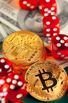 Bitcoins, dólares e dadinhos.