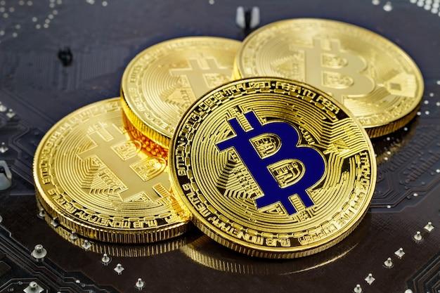 Bitcoins dourados na superfície preta close-up