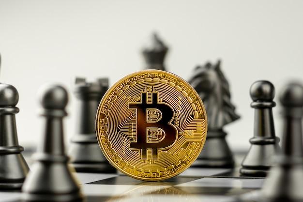 Bitcoins dourados no tabuleiro de xadrez. - vencedor de um conceito de economia e negócios.
