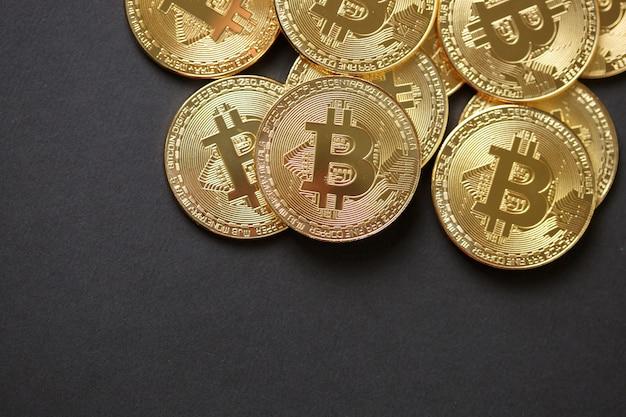 Bitcoins e dinheiro virtual. bitcoins de ouro. conceito de criptomoeda mundial