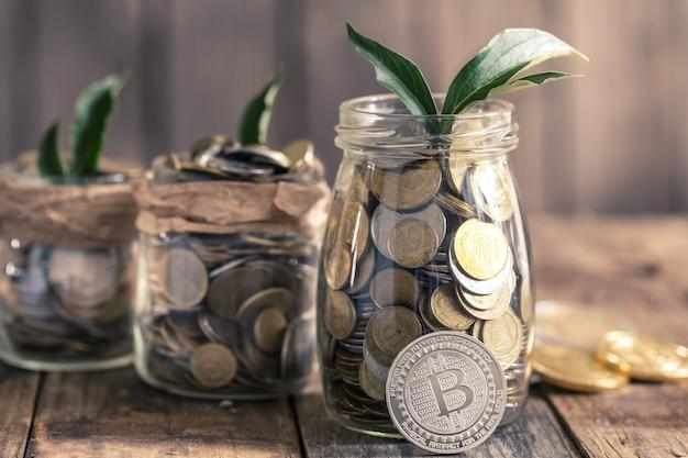 Bitcoins e frascos com moedas