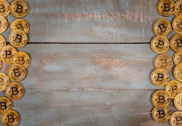 Bitcoins em fundo de madeira