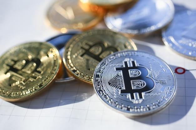 Bitcoins em prata e ouro