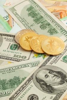 Bitcoins em um fundo de textura de euro e dólares