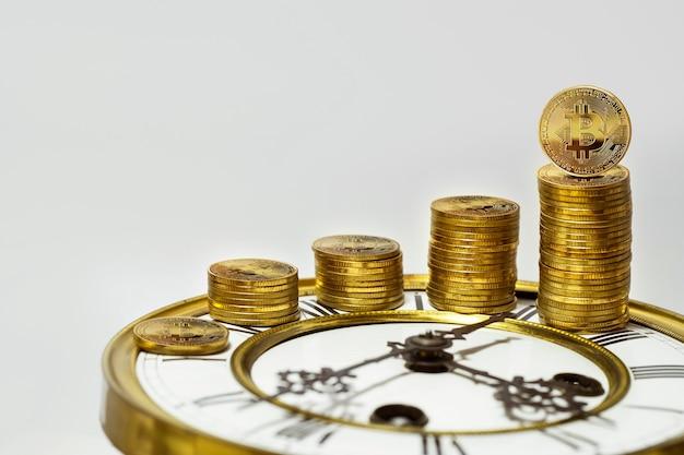 Bitcoins em um relógio analógico