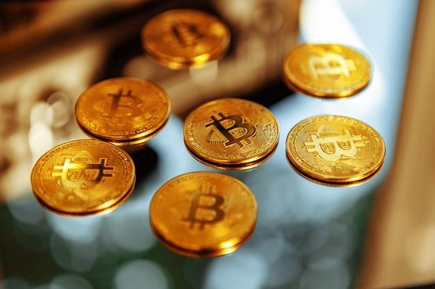 Bitcoins em uma foto de alta qualidade da cripto-febre do fundo do espelho