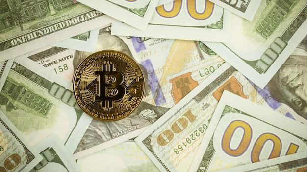 Bitcoins na pilha de uma nota