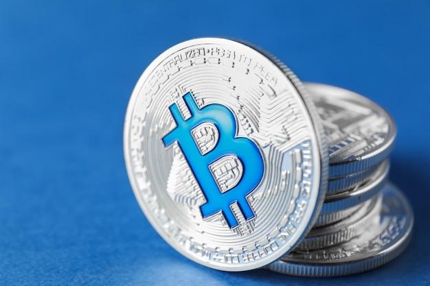Bitcoins na superfície colorida, close-up