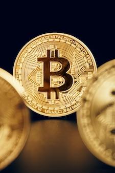 Bitcoins no preto. conceito de negociação de moeda criptográfica