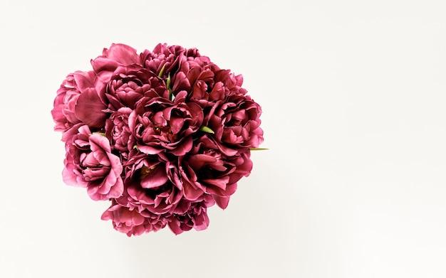 Biuquet de flores em tulipa roxa vintage isolado em um fundo claro