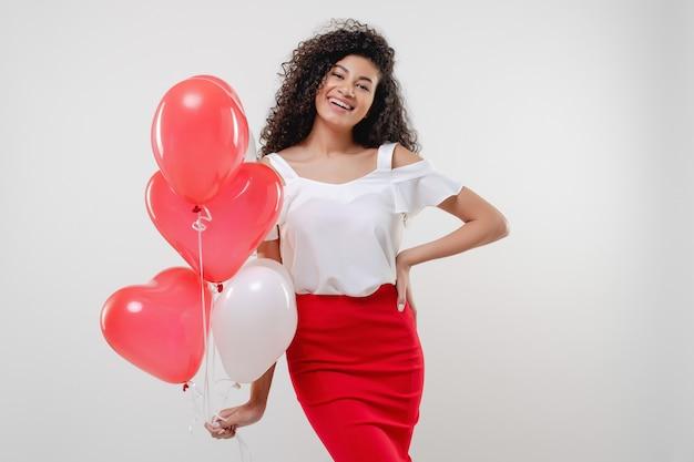 Bkack mulher com coração vermelho colorido em forma de balões isolados