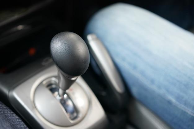 Black gear strick no carro da tailândia, volante do lado direito e câmbio do lado esquerdo.
