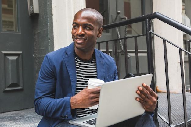 Black guy usando notebook em nova york