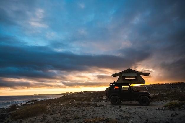 Black off road lindo veículo aventureiro com tenda no telhado, casinha perfeita para viajar e viver uma incrível jornada ao redor do mundo