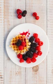 Blackberry e framboesa com um waffle em um prato branco