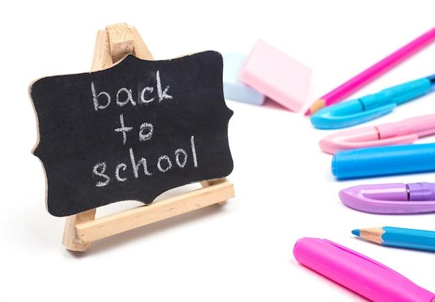Blackboard com as palavras de volta à escola e material escolar