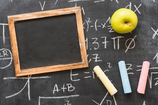 Blackboard com cálculos e quadro