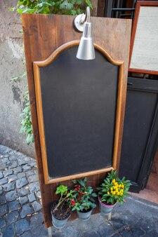 Blackboard em um café em uma das ruas estreitas de roma
