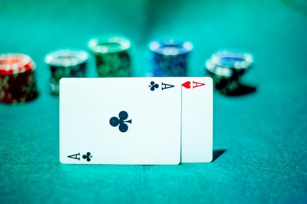 Blackjack em um cassino, um homem faz uma aposta e coloca uma ficha