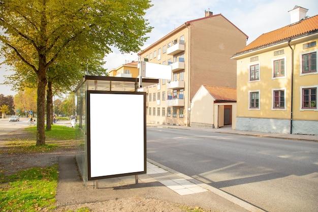 Blank billboard simulado na cidade para mensagem de texto ou conteúdo.