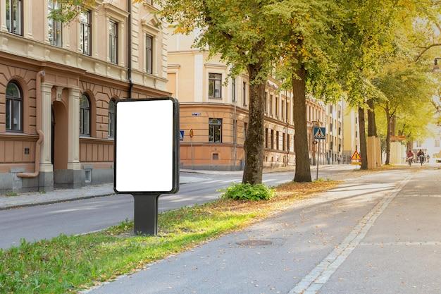 Blank billboard simulado na estrada da cidade para mensagem de texto ou conteúdo.