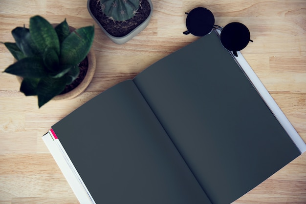 Blank notebook cactus plant óculos de sol