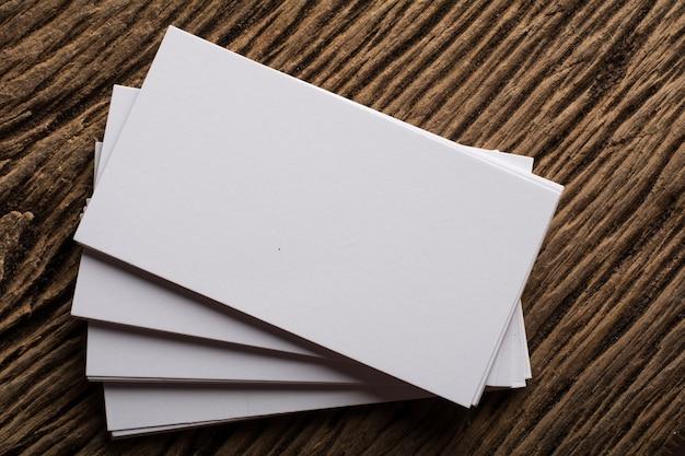 Blank white apresentação do cartão de visita de identidade corporativa em fundo de madeira