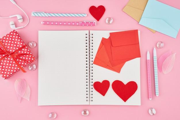 Blanthe conceito de escrever nota, cartas para dia dos namorados. página do bloco de notas no diário com marcadores