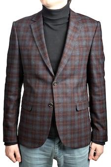 Blazer de terno de lã masculino xadrez, em combinação com jeans, imagem isolada no fundo branco.