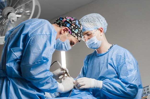 Blefaroplastia transconjuntival. cirurgia. blefaroplastia superior. o cirurgião faz a operação plástica. 2 cirurgiões removendo pedaço de pele da pálpebra