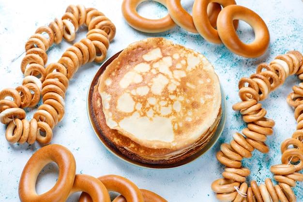 Blini de panqueca russa com geléia de framboesa, mel, creme de leite e caviar vermelho, cubos de açúcar, queijo cottage, bubliks