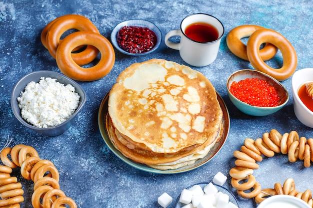 Blini de panqueca russa com molhos e ingredientes