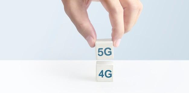 Bloco cúbico em mãos com os símbolos 4g e 5g