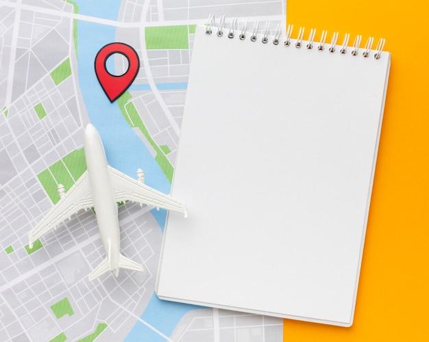 Bloco de anotações com vista superior e organização do mapa