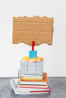 Bloco de anotações de pilha organizada, blocos de notas, documentos de pilha organizada, materiais de escrita para arranjos agradáveis, espaço de trabalho limpo, coleções de escritório acadêmico de negócios