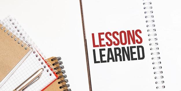 Bloco de anotações. texto lições aprendidas Foto Premium