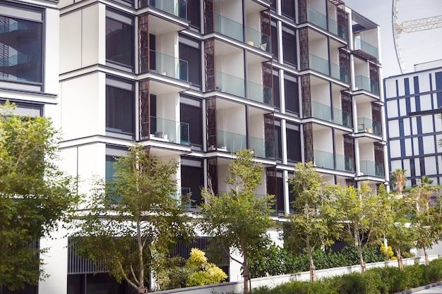 Bloco de apartamentos em um belo parque público verde