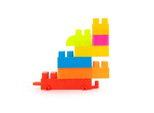 Bloco de brinquedo colorido em fundo branco isolado
