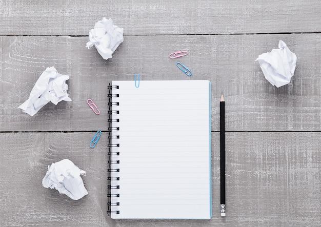 Bloco de escrita em branco com lápis para idéias na superfície de madeira