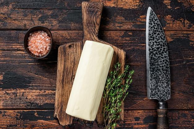 Bloco de espalhar manteiga em uma placa de madeira