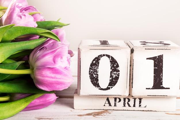 Bloco de madeira com data do dia dos tolos, 1 abril