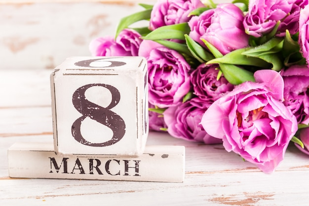 Bloco de madeira com data internacional do dia das mulheres, 8 de março