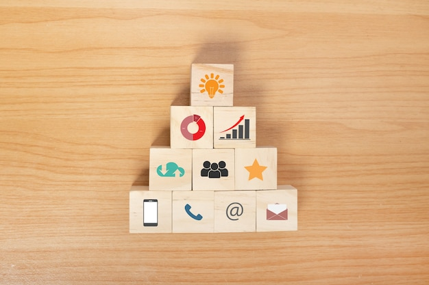 Bloco de madeira com estratégia de negócios de ícone e plano de ação. objetivo e objetivo, conceito de objetivo e objetivo de negócio, gestão de projetos, desenvolvimento de estratégia da empresa.