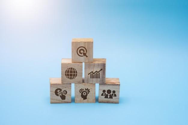 Bloco de madeira com estratégia de negócios de ícone.